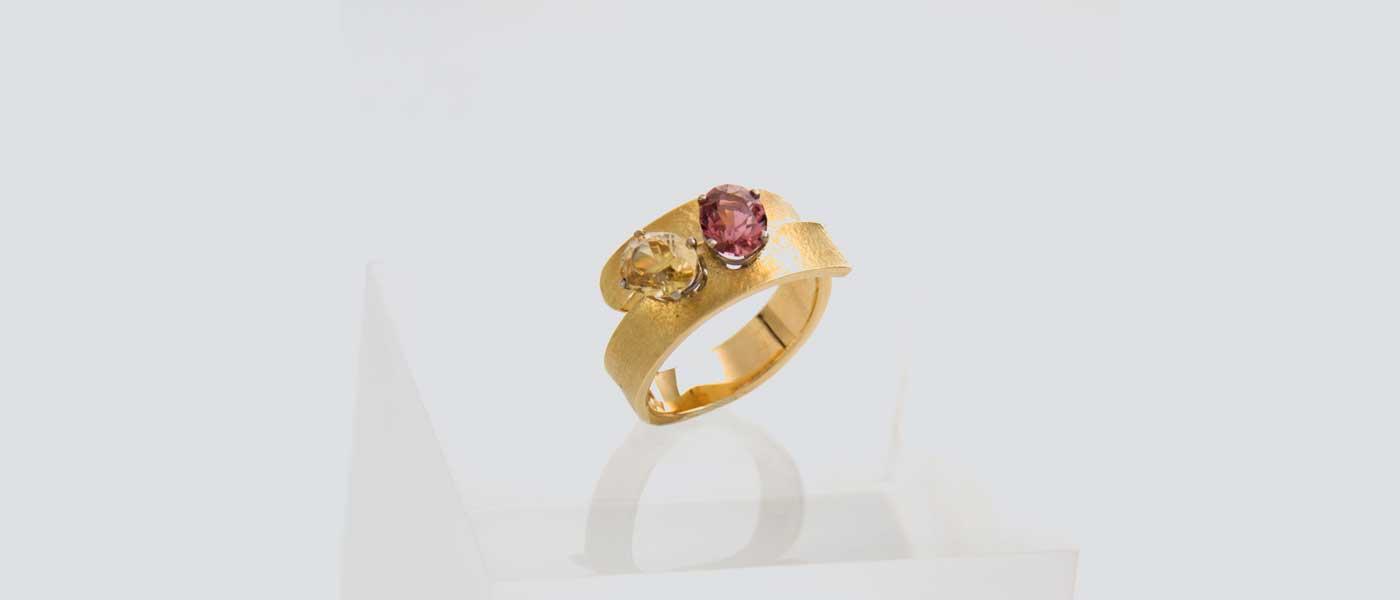 David Mann — Bijoutier à Liège - Bague or jaune martelé pierres précieuses couleur jaune rose