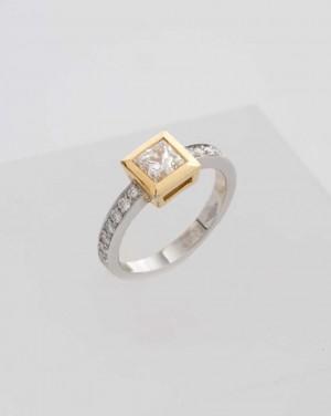 David Mann — Bijoutier à Liège - Bague 2 ors bicolore jaune blanc sertie d'une princesse en diamants