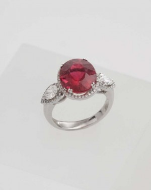 David Mann — Bijoutier à Liège - Bague tourmaline rouge ornée de 2 gouttes diamants en entourage avec diamants brillants autour, réalisation unique à Liège