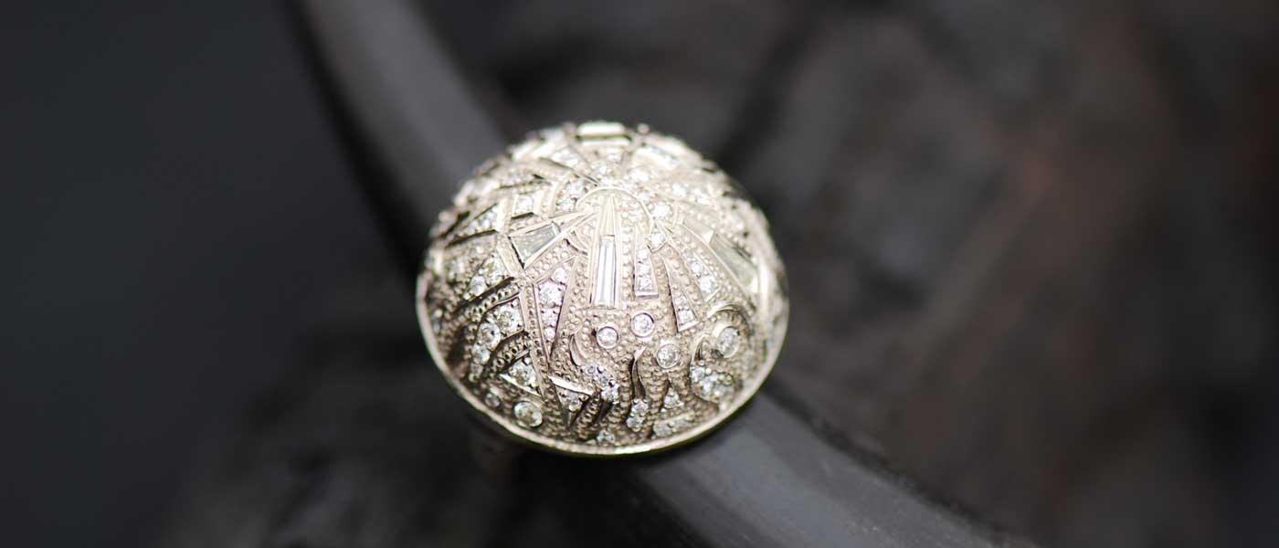 David Mann — Bijoutier à Liège - Bague dôme gravée or blanc sertie diamants de diverses formes