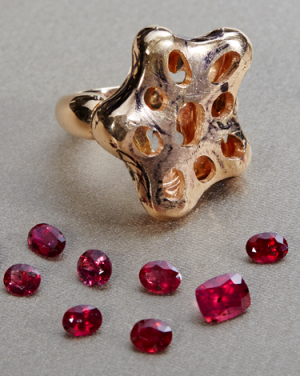 David Mann — Bijoutier à Liège - Tri et sélection de rubis avant le sertis pour la réalisation d'une bague