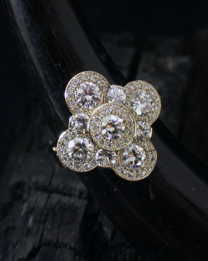 David Mann — Bijoutier à Liège - Bague trèfle à quatre feuilles entièrement sertie de diamants sur or blanc, création David Mann, modèle unique