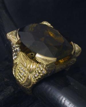 David Mann — Bijoutier à Liège - Bague grappe de raisins gravée et sertie de diamants pierre centrale