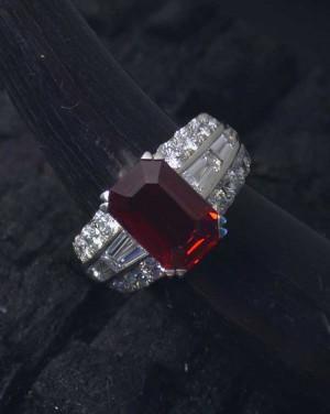 David Mann — Bijoutier à Liège - Bague rubis diamants brillants et baguettes sur le corps