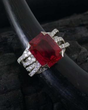 David Mann — Bijoutier à Liège - Bague fils de diamants brillants rubis de 13 carats et or blanc
