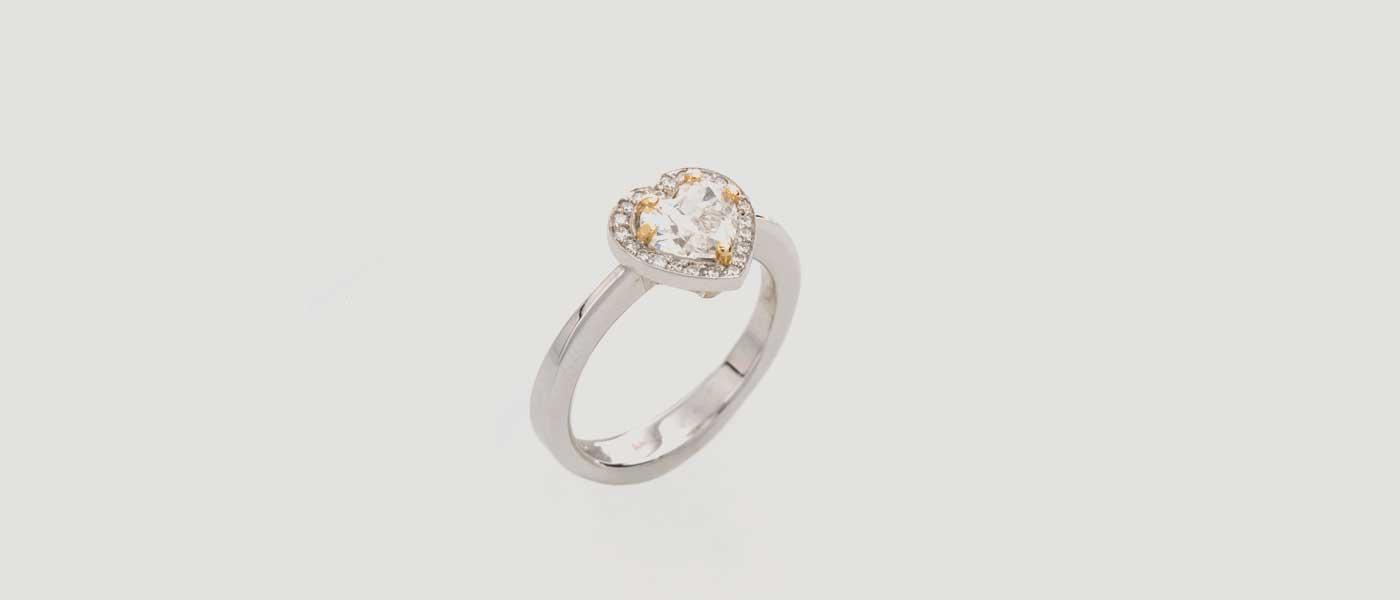 David Mann — Bijoutier à Liège - Bague or blanc forme de coeur diamant entourage griffes en or jaune